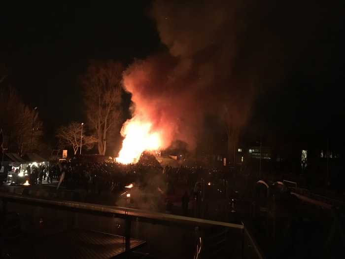 Grootste kerstboomverbranding van Arnhem veilig verlopen
